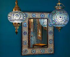 Woon decoratie hanglampen van glasmozaiek met een mozaiek spiegel in oriëntaals blauw.