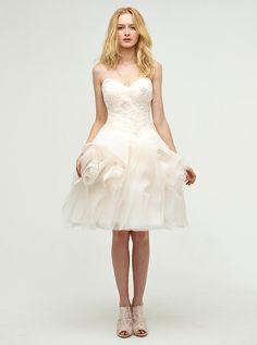 アクア・グラツィエがセレクトした、JENNY LEE(ジェニー リー)のウェディングドレス、JLE1421をご紹介いたします。