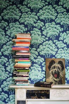 Behang Hornbeam is een ode aan de kenmerkende haagbeuken in het Britse landschap. In zeven kleurstellingen. € 135,- per rol farrow-ball.com