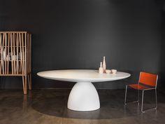 Porro Spa   <p>Il tavolo Ellipse Table èuna vera e propria scultura nata dall'incontro di due volumi: il piano e il basamento