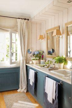 Baño pequeño con papel pintado que simula lamas de madera y mueble azul grisáceo_ 00342971b