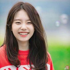 Kim Sohye - IOI Que sorrisão enorme! Isso mesmo, um sorriso de alegria é o melhor truque de beleza que existe! Kpop Girl Groups, Kpop Girls, Ioi Members, Lee Hi, Kim Chungha, Young Kim, Jeon Somi, Cosmic Girls, Pop Idol