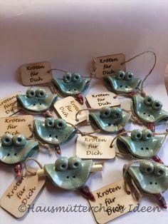 - Frosch liebevoll handgetöpfert als Geldgeschenk für groß und klein Ceramic Pottery, Ceramic Art, Diy And Crafts, Arts And Crafts, Ceramic Animals, Clay Projects, Wood Art, Place Card Holders, Crafty