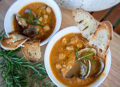 Zuppetta di ceci e vongole con crostini allo zenzero | http://www.ilpastonudo.it/isabella-mattei-santarelli/zuppappero/zuppetta-di-ceci-e-vongole-con-crostini-allo-zenzero/
