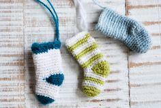 Auch wenn Nikolaus jetzt vorbei ist, Geschenkanhänger in Sockenform machen sich auch super unterm Christbaum.  Ihr braucht: • Sockenwolle in eurer Lieblingsfarbe • Häkelnadel, Stärke 2,5-3 Die Söckche