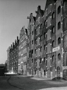 Oude monumentale pakhuizen op het Prinseneiland te Amsterdam, Nederland 16 november 1942.