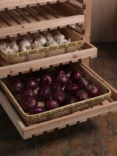ニンニクは、暗い所に置くと芽が出やすいので冷蔵庫は避けること。タマネギは、蒸れると腐るのでポリ袋から出すこと。また真夏は腐り安いので冷蔵庫に入れた方がいい野菜です。