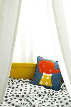 Adorable pillow! cuna amarilla habitacion infantil 2 500x750 Preciosa habitación infantil en gris y amarillo