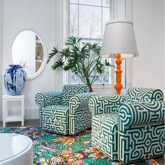 Читальная зона, представленная в лондонском шоу-руме moooi: комфортные кресла Labyrinth Chair, приставной столик  Paper side table, напольный светильник Paper floor lamp, зеркало Paper Mirror. А цветовое разнообразие поддержит ковёр Moooi Carpets.