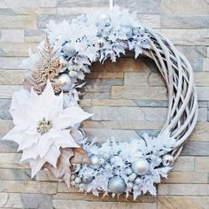 Christmas white wreath for front door, Winter outdoor decor, Home decoration holiday winter, Xmas de Xmas Wreaths, Wreaths For Front Door, Grapevine Wreath, Christmas Rose, Winter Christmas, Winter Home Decor, Holly Leaf, Xmas Decorations, Grape Vines