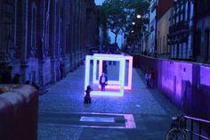 """""""Mind The light, between the city and the people""""  fue una sencilla y a la vez poderosa instalación  creada por el estudio artec3 y producida por iluminet para Filux 2015  (7 al  10 de mayo, Centro Histórico de la Ciudad de México), donde tres cuadros minimalistas de aluminio y policarbonato con LEDs en el perímetro parecían surgir de otra dimensión en una estrecha calle empedrada, rodeada de fachadas coloniales.  """"Mind the light""""  enmarcaba al visitante y a la vez enmarcaba el espacio…"""