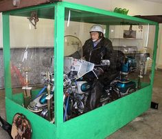 billy standley biker enterre sur sa harley davidson dans un cercueil transparent plexiglas 2   Un biker enterré sur sa Harley Davidson dans ...