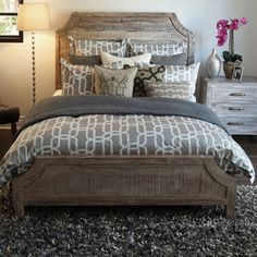 Neat Country-Chic Rustic Bed - perfect for a log home or cabin.