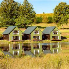 Springholm Cottages is langs 'n pragtige meer geleë in die hartjie van die prentjiemooi Natalse Middellande. Midland Meander, Kwazulu Natal, Cottages, Adventure Travel, Van, Mansions, House Styles, Home Decor, Mansion Houses