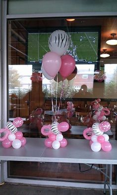 Centros de mesa con globos de Animal Print de cebra para baby shower. #DecoracionBabyShower