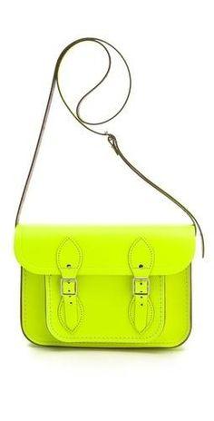 Sé que se están de moda, pero los bolsos Cambridge Satchel no me gustan; y si además son fosforito, ¡ni te cuento!