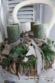 Weihnachtszeit für alle Sinne.... ein frisch duftenden Adventskranz, das frische Grün der Konifeeren, der Glanz des Lichtes.... Durchmesser ca. 37 cm Höhe ca. 27 cm Der Unterkranz ist ein sehr...