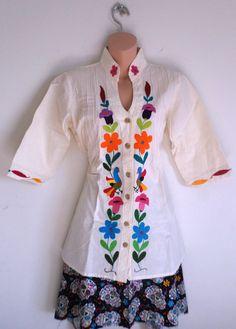 Hermosa blusa Otomi. Color manta natural. Bordada a mano por
