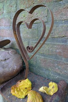 Herz aus Stahlband - Karin Urban - NaturalSTyle - New Ideas Garden Deco, Garden Art, Garden Design, Metal Yard Art, Scrap Metal Art, Metal Art Projects, Metal Crafts, Steel Sculpture, Sculpture Art