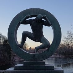 vinter i oslo   norge   frognerparken   vigelandsanlegget   mann inne i en ring