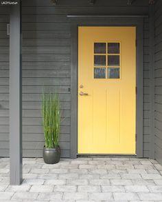 Årets hotteste utendørsfarger - LADY Inspirasjonsblogg Shed Interior, Yellow Doors, House Colors, Beach House, Labrador, Garage Doors, New Homes, Colours, Lady