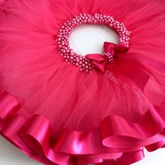 Saia tutu bailarina, rosa pink com fita larga na barra e pérolas na cintura. Frocks For Girls, Tutus For Girls, Little Girl Dresses, Kids Dress Wear, Kids Gown, Baby Frocks Designs, Kids Frocks Design, Tutu Diy, Tutu Bailarina