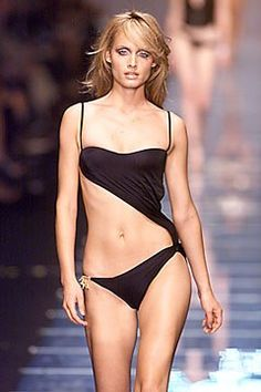 Versace Spring 2000 Ready-to-Wear Fashion Show - Amber Valletta, Donatella Versace Versace Brand, Versace Logo, House Of Versace, Amber Valletta, Versus Versace, Donatella Versace, Beachwear, Swimwear, Fashion Seasons