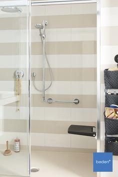 Een douche met anti-slip douchevloer, een makkelijk zitje en een extra steunpunt tijdens het douche in een complete badkamer voor comfort en gemak.