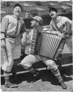 """Aus der Ausstellung """"Italian Americans in Baseball"""": Rugger Ardizoia, George Puccinelli und Ernie Orsatti von den Hollywood Stars 1939. Alle drei spielten in der Pacific Coast League. Foto: Rugger Ardizoia, San Francisco. Stichworte: #Accordion #World #Photography #Vintage"""