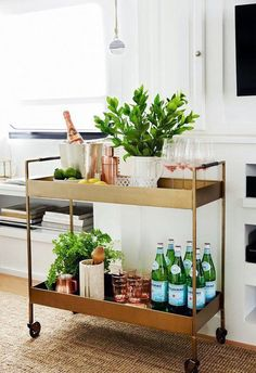 If you want to improve your kitchen, then a mini bar is something you should consider. These home bar ideas will be very helpful! Brass Bar Cart, Gold Bar Cart, Metal Bar Cart, Rolling Bar Cart, Home Bar Decor, Bar Cart Decor, Canto Bar, Bar Sala, Petits Bars