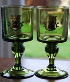 HAMPTON VINTAGE ANTIQUE EMPORIUM www hamptonvintage co uk Description 2 x NORRKOPING DECORATIVE GREEN SWEDISH GLASS GOBLETS Dimensions Height 6 5