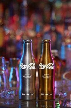 [Coke Bottle20] 지금까지와 다른 시크한 디자인이 더욱 눈길을 끄는 코카-콜라 병! 2011년 프랑스의 일렉트로닉 듀오 Daft Punk와 작업한 리미티드 에디션 인데요! 이름도 클럽 코-크!! 정말 멋지죠?