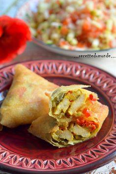 Bonjour!! Idée simple et délicieuse pour garnir vos briouates - samossa , blanc de poulet , curry et poivrons !! La farce ; Ingrédients; . 2 petits oignons . 2 morceaux d'ails . 1 gros poivrons rouge . 1 gros poivron vert . 1 cube de knor légume . sel... Tandoori Masala, Ramadan Recipes, Yummy Food, Tasty, Appetisers, Finger Foods, Food Videos, Food Porn, Food And Drink