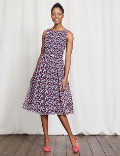 Basierend auf der von Ihnen in der letzten Saison so geliebten Passform ist dieses modische Kleid mit fließendem Rock, gerafftem Oberteil und Schlüssellochausschnitt am Rücken ein echter Gewinner. Sie wollen ein bisschen mehr Aufmerksamkeit? Dan versuchen Sie es doch einmal mit unserer Variante mit Ombré-Streifen.