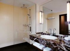 cabine de douche en verre transparent, comptoir en marbre et grand miroir rectangulaire Club Room, Vanity, Interior, Bathroom Mirror, Home Decor, Room, Mirror, Bathroom Lighting, Bathroom