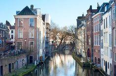 Utrecht liegt im Herzen der Niederlande. Die Stadt hat malerische Grachten mit speziellen Werftkellern, in denen direkt am Wasser Kneipen, Cafés und Restaurants untergebracht sind. Neben dem Dom-Turm bietet Utrecht noch unzählige weiterer Baudenkmäler, die zu der ganz speziellen Atmosphäre der Jahrhunderte alten Universitätsstadt beitragen.