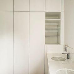 Intersección vanity y vestidor. Fabricado en tablero de encino americano con acabado en laca blanca.