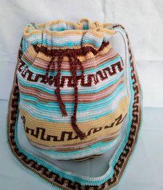 Mochila Melír. Pevná, háčkovaná taška přes rameno ve tvaru kruhu. Použitý materiál-bavlna v barvách hnědé, béžové a melírové. Hrdlem je provléknutá kroucená šňůrka, která umožňuje stažení nebo nařasení. Rozměry-průměr dna 21 cm, výška 28 cm + délka popruhu 69 cm, šířka 3,5 cm. Dna, Backpack, Gout