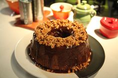 Bolo de chocolate com calda de caramelo e amendoins | Tortas e bolos > Receitas de Bolo de Chocolate | Mais Você - Receitas Gshow