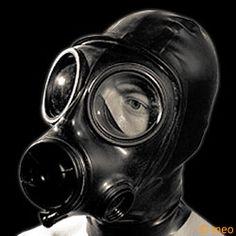 Cagoule latex avec masque à gaz.