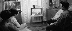 http://mundodecinema.com/the-police-patrol/ - Do cinema para a televisão, os filmes foram uma parte importante da afirmação deste novo meio de comunicação social perante o grande público. Com um grande desenvolvimento nas décadas de 1920 e 1930, o aparelho caseiro tornou-se popular muito rapidamente. O primeiro filme chegou no ano de 1931 e chamava-se The Police Patrol (Investigação Policial, na versão portuguesa).