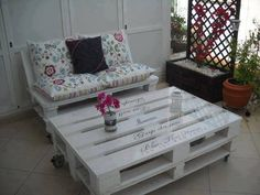 Great use of pallets to make a cute table!