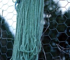 Black Beans as a Natural Dye (already noted in another pin, they have great natural dye ideas and sell naturally dyed yarn) Shibori, Fabric Yarn, How To Dye Fabric, Wool Yarn, Dyeing Fabric, Textile Dyeing, Textiles, Art Du Fil, Art Textile