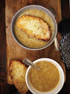 Soupe onctueuse à l'oignon et croûton au cheddar -  recette de Ricardo en cette journée froide du 23 janvier 2014