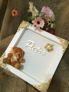 Quadro de maternidade com urso de pelúcia e coroa de resina.   Estampa xadrez branco e bege.    Pode ser feito em outras estampas. Diy Wedding Gifts, Diy Gifts, Baby Frame, Baby Kit, Ideias Diy, Baby Keepsake, Baby Decor, Handmade Toys, Invitation Cards