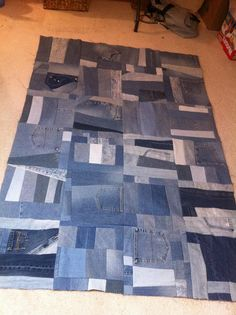 Denim Blanket - I've even stolen some of my roomate's old jeans to save for this! Jean Crafts, Denim Crafts, Blue Jean Quilts, Patchwork Jeans, Denim Quilts, Denim Ideas, Creation Deco, Recycle Jeans, Recycled Denim