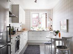 Példa: egy szép, világos, L alakú konyha ablakkal, kis étkezővel, lakásban