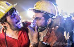 トルコ西部マニサ(Manisa)県で、爆発が起きた炭鉱から救出された友人を見つけ喜ぶ作業員(2014年5月13日撮影)。(c)AFP/BULENT KILIC ▼14May2014AFP|トルコ炭鉱で爆発 201人死亡、数百人閉じ込め http://www.afpbb.com/articles/-/3014839 #Soma #Manisa_Province #Manisa_ili #mining_disaster #madencilik_felaket #desastre minero #Grubenunglueck #catastrophe_miniere