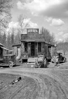 Thankful someone took the time to photograph this type of beauty April 1937 Buttermilk Junction Martin County Indiana Old General Stores, Old Country Stores, Vintage Pictures, Old Pictures, Old Photos, Drive In, Shorpy Historical Photos, Historical Pictures, Pompe A Essence