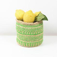 Unsere Sisalkörbe machen sich übrigens auch super als Körbe für Tücher, Wolle, Pflanzen oder auch als Obst- und Gemüsekörbe. Die Sisalkörbe werden von einer Frauen-Kooperative in Kenia fair hergestellt. Sisal, Laundry Basket, Wicker Baskets, Super, Decor, Kenya, Basket Quilt, Green Nature, Home Accessories